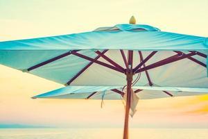 parasols bij het zwembad van het hotel
