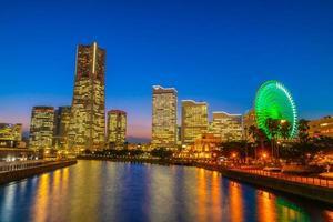 de skyline van de stad Yokohama bij schemering foto