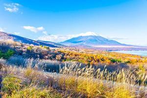fuji-berg bij het yamanakako of yamanaka-meer in japan