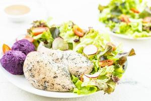 gegrilde kipfilet en salade
