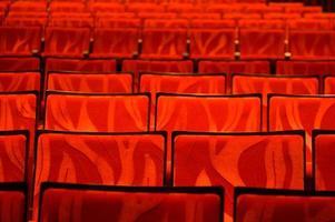 rijen rode theaterstoelen