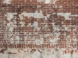 rode bakstenen muur met wit gips foto