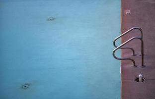 zwembadladder aan de rand van het zwembad