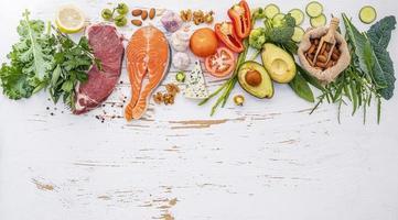 gezonde voeding ingrediënten op een armoedige witte achtergrond foto