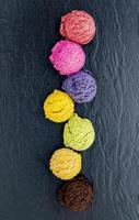 kleurrijke bolletjes ijs foto