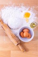 bakken ingrediënten en een deegroller op houten tafel
