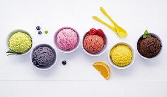 kleurrijk ijs in kopjes foto