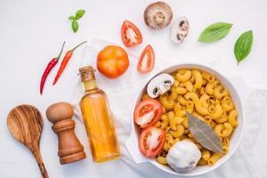 bovenaanzicht van de ingrediënten van de pastagerecht foto