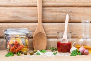 Italiaans eten concept met gedroogde pasta foto