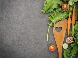 groenten en een houten gebruiksvoorwerp met kopie ruimte foto