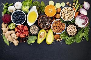 bovenaanzicht van biologisch voedsel foto