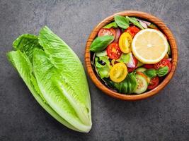 kom met verse salade foto