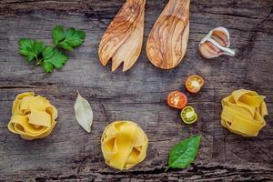 fettuccine ingrediënten op armoedige houten achtergrond foto