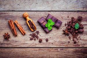 chocolade en kruiden op hout foto