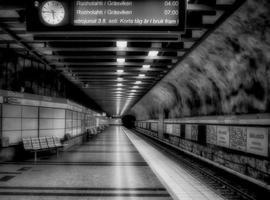 ondergronds zwart-wit metrostation