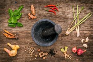 vijzel en stamper met verse ingrediënten foto