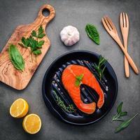 bovenaanzicht van zalm en ingrediënten foto
