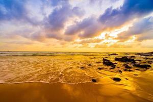 zonsondergang over het strand foto