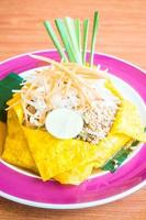 pad thai noedels op een bord
