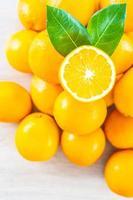 verse sinaasappelen op een houten tafel