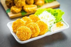 gefrituurde garnalenballetjes met groente