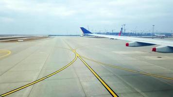 uitzicht op de luchthaven gezien vanuit vliegtuig raam in seoel, korea foto