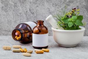 alternatieve gezondheidszorg op een grijze achtergrond foto