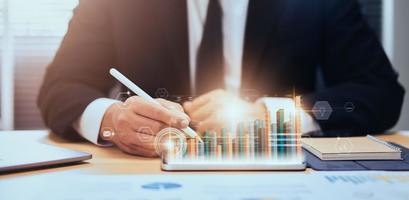 zakenman met behulp van digitale tablet met 3D-grafiekanalyse foto