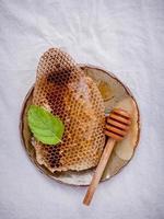 honingraat op een keramische plaat foto