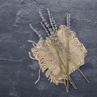gedroogde lavendel op een doek foto