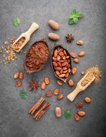 cacaopoeder en cacaobonen op donkere steenachtergrond foto