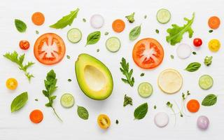 voedselpatroon met rauwe ingrediënten voor salade foto
