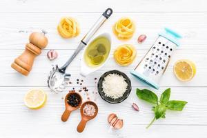 pesto ingrediënten op wit hout