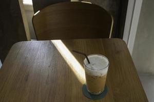 ijskoffie drinken op houten tafel