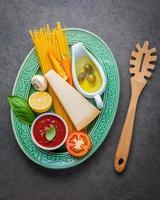 spaghetti ingrediënten op een groene plaat foto