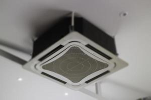 plafondairconditioner in woonkamer