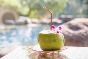 vers kokossap op een houten tafel