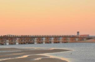 prachtige zonsondergang op het strand op een zomerse ochtend