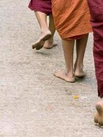 voeten van boeddhistische monniken foto