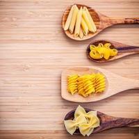 geassorteerde pasta in lepels foto