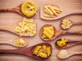 bovenaanzicht van pasta's in lepels foto