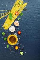 verticale weergave van spaghetti-ingrediënten foto