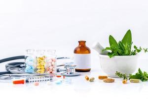 kruidengeneeskunde op witte achtergrond foto