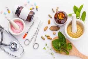 bovenaanzicht van kruidengeneeskunde op wit foto