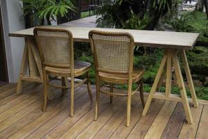 houten tafel en stoelen buiten op de patio foto