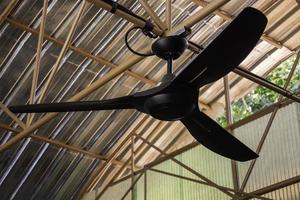 grote plafondventilator in buiten schuur