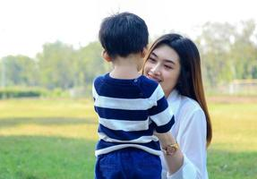 Aziatische moeder en zoon gelukkig in het park foto