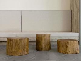 houten voetstuk versierd voor weergave foto