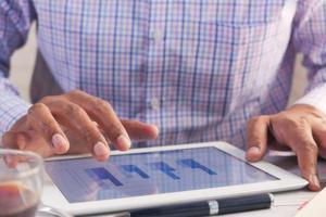 man aan het werk op digitale tablet