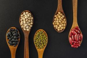 verzameling van volle granen zaden geïsoleerd op zwarte achtergrond